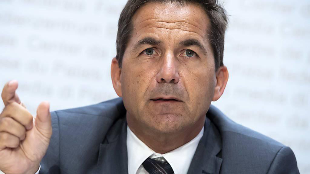 Bundeskanzler Walter Thurnherr muss bei einem Prestigeprojekt einen Rückschlag hinnehmen: Das E-Voting wird vorläufig nicht für den ordentlichen Betrieb zugelassen.