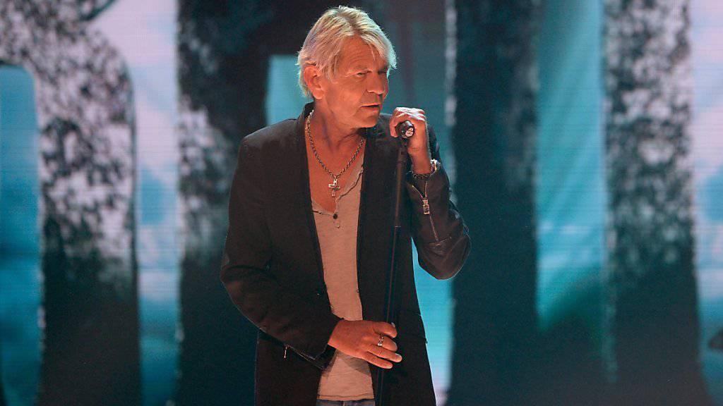 Schlagersänger Matthias Reim bei seinem Auftritt in Berlin, den er kurz darauf wegen gesundheitlicher Probleme abbrechen musste. Inzwischen geht es dem 58-Jährigen laut dessen Manager wieder besser.