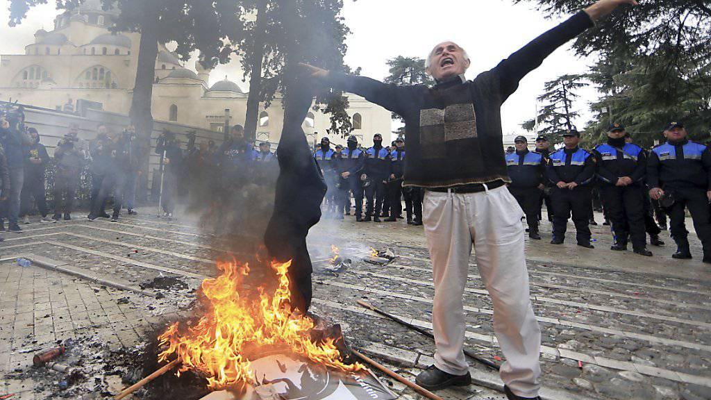 Vor dem Parlament in Tirana haben am Dienstag tausende Anhänger der Opposition demonstriert.