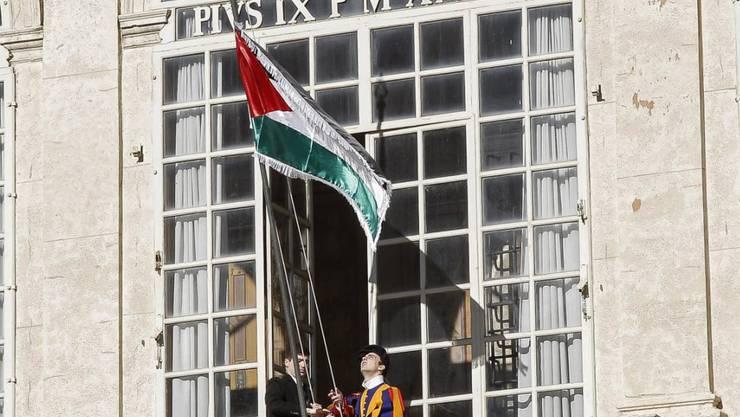 Während des Gesprächs zwischen dem Papst und Abbas wird vor dem Vatikan die Palästina-Flagge gehisst.