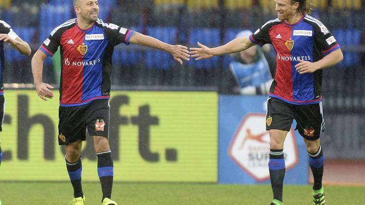Walter Samuel gratuliert Doppeltorschütze Michael Lang nach dessen Treffer zum 3:0.