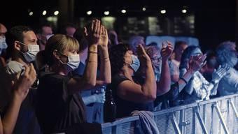 Ein ungewohnter Konzert-Anblick, aber: Mitsingen bei Klassikern wie «Walliselle» geht auch mit Maske. Endo Anaconda (65) trat im KIFF vor 180 Zuschauern auf.