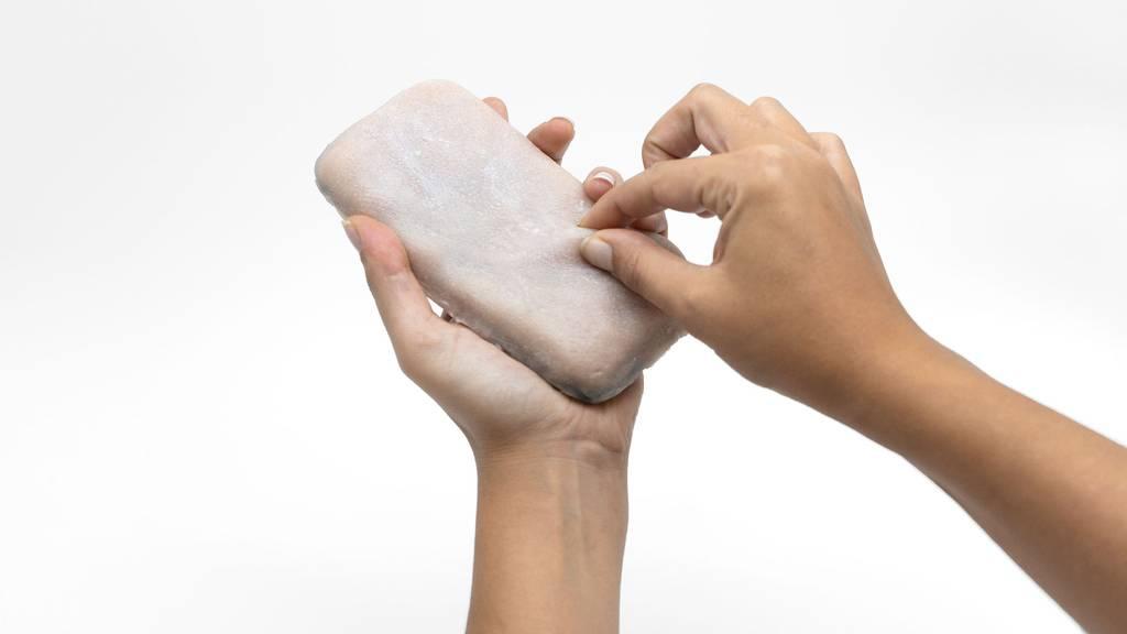 Skin-On: Gruselige menschliche Handyhülle