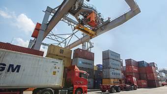 Die Verwaltungsräte von Schweizer Unternehmen werden zunehmend negativer bezüglich der konjunkturellen Aussichten. Im Bild Containerumschlag im Hafen Kleinhüningen (Archivbild)