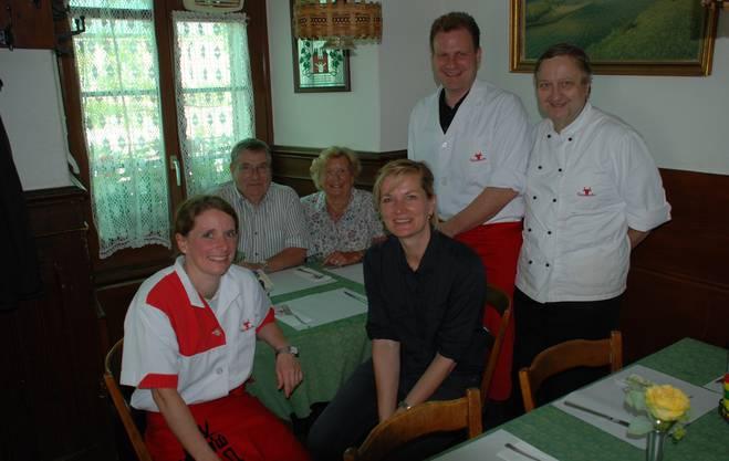 Die Familie Speck (von links Christine, Arthur, Mariette, Peter und Fredy) mit der neuen Wirtin Laura Peter.