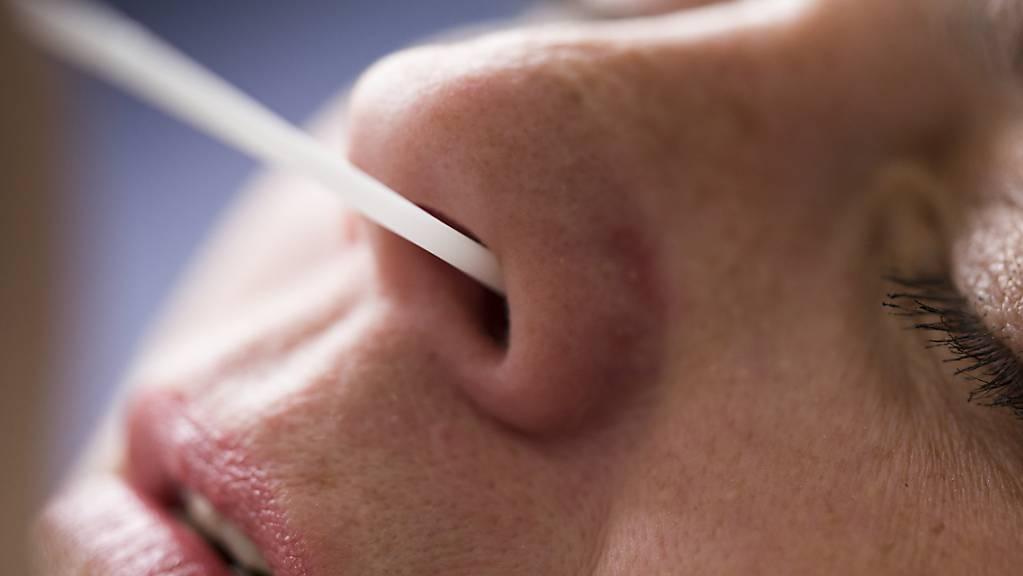 In den vergangenen Tagen sind in der Schweiz wieder viele Coronavirus-Tests positiv ausgefallen. (Archivbild)