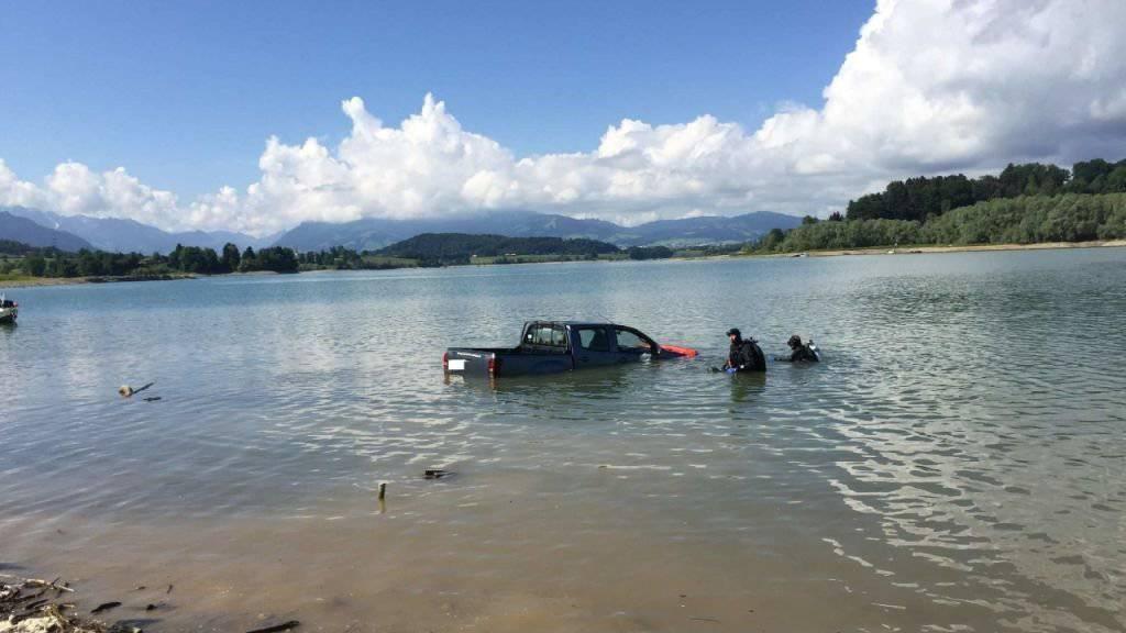 Das Auto hat sich selbstständig gemacht und ist im Greyerzersee gelandet.