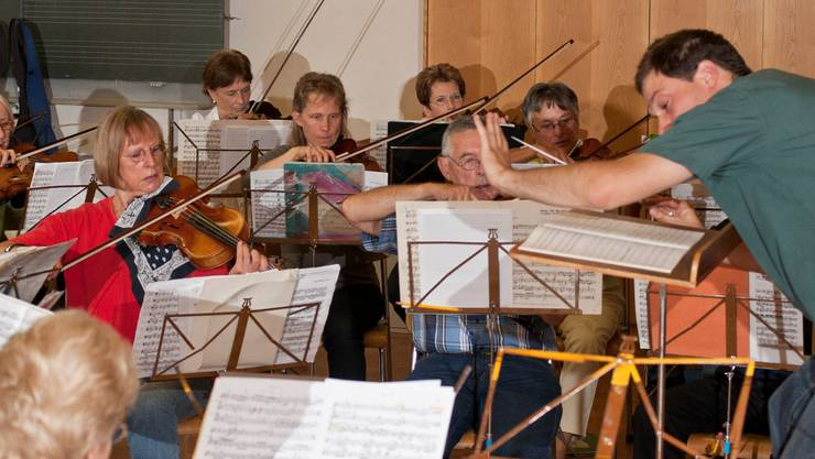 Der OV-Reinach probt für das Konzert vom 5. September im Reinach Saalbau. Aufgeführt werden Peter und der Wolf von Sergej Prokofjew und Filmmusik. Am Pult steht David Reitz