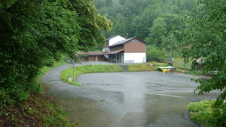 Auf dem Parkplatz im Vordergrund soll ein neues Gebäude für eine Kindertagesstätte errichtet werden.