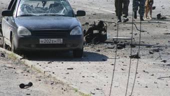 Ein zerstörtes Auto und Trümmerteile in Machatschkala