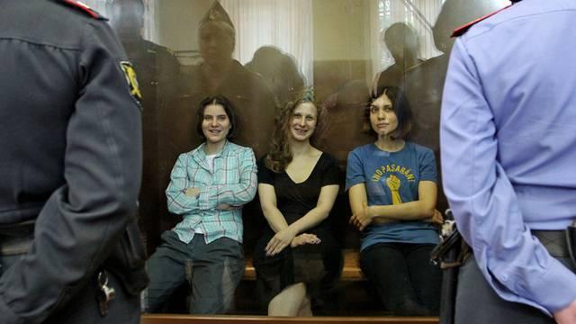 Die Musikerinnen von Pussy Riot im Gericht in Moskau (Archiv)