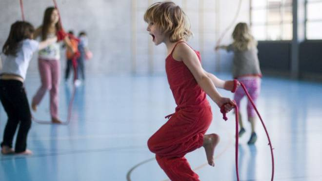 Mädchen treiben 3,4 Stunden pro Woche Sport – Buben 4,8. Foto: Keystone