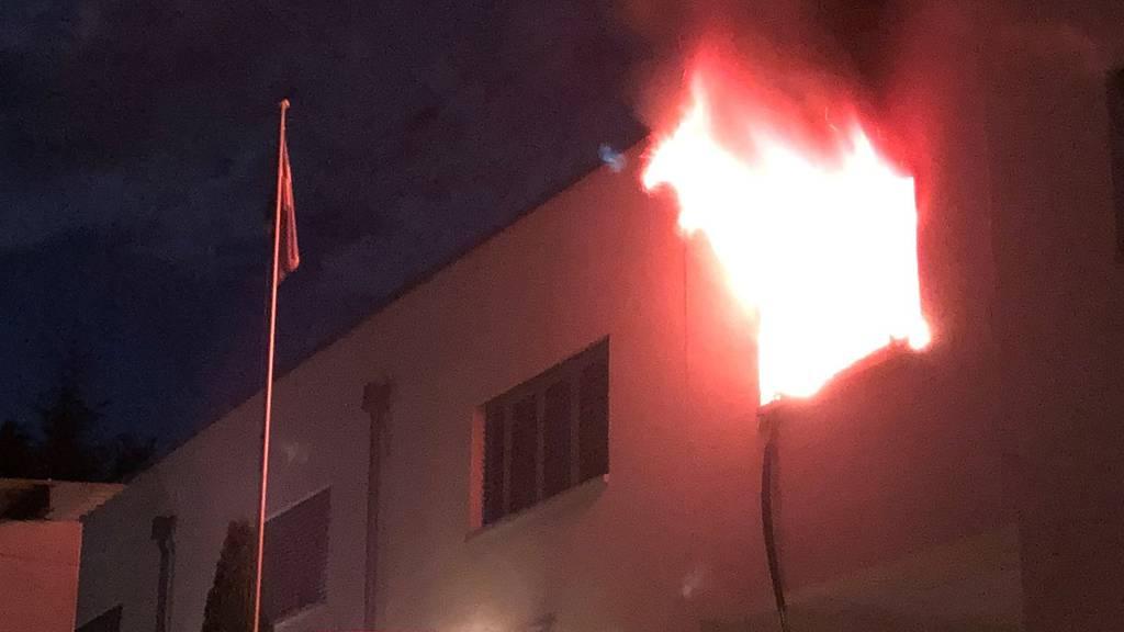 Wohnung in Mehrfamilienhaus brennt lichterloh