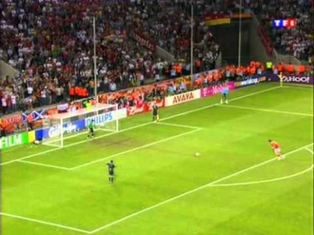 Marco Streller verschiesst den Penalty im WM-Achtelfinal. Gut zu sehen: Das Züngeln.