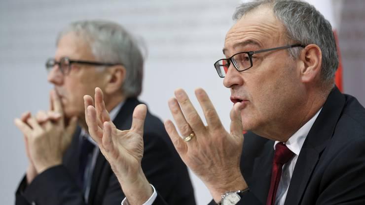 Verteidigungsminister Parmelin informiert an der Seite von Botschafter Christian Catrina (links) über den Kauf neuer Kampfjets.