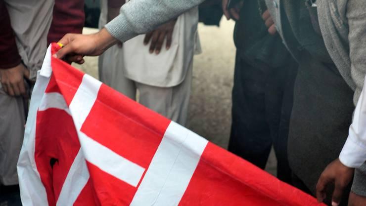 Schweizer Fahne brennt: Demonstration in Pakistan am 15. Januar.