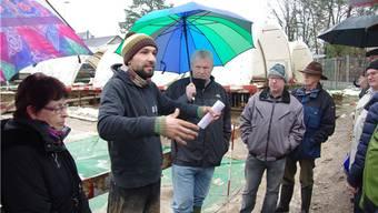 Raphael Annaheim führte eine Gruppe über das Fricker Ausgrabungsgelände.