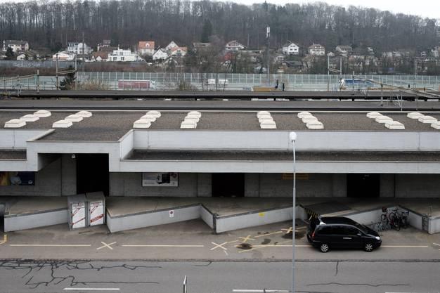 Enge Platzverhältnisse mit Bahnhofstrase (vorne) Güterschuppen, SBB Perrons , Autobahn und dahiner Würenlos