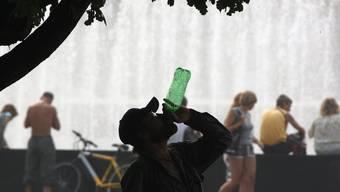 Ein Mann erfrischt sich mit Bier in St. Petersburg.