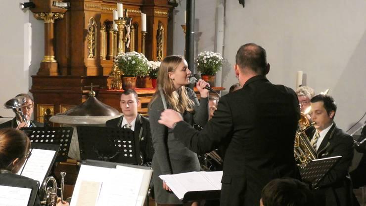 Solistin Anja Fluri, begleitet vom Musikverein Herbetswil
