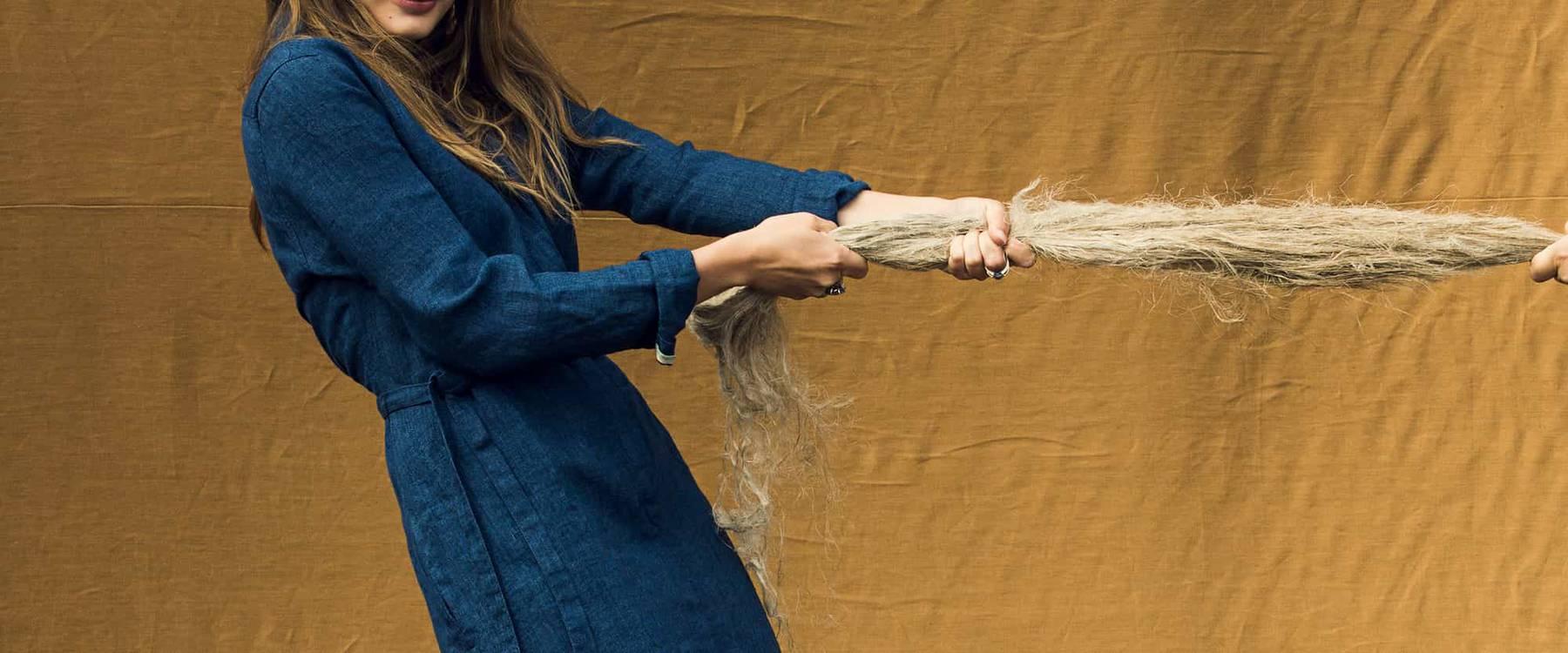 Der neue Stoff besteht aus den Bastfasern Hanf und Leinen sowie aus Modal, einer natürlichen Zellulose-Faser. (Bild: freitag.ch)