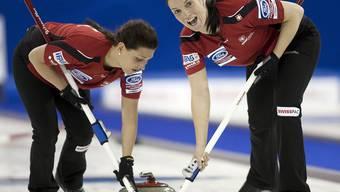 Carmen Schafer und Carmen Küng auf dem Eis.