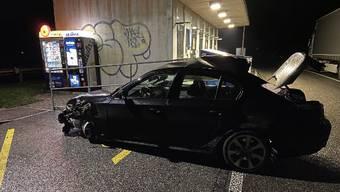 Der BMW kollidierte mit einer Rampe.