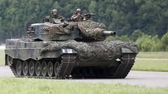 Weil der Asphalt zu heiss wird: Die Schweizer Armee ist mit ihren Panzern vermehrt nachts unterwegs.