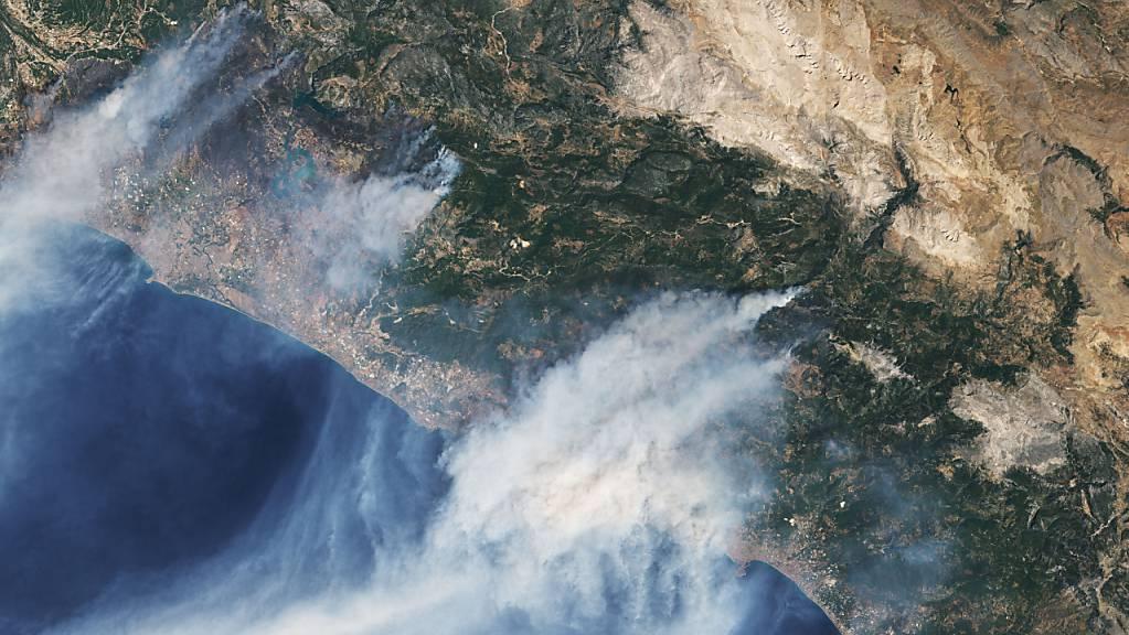 Diese von der NASA zur Verfügung gestellte Satellitenaufnahme zeigt mehrere Waldbrände die derzeit an der Mittelmeerküste der Türkei wüten. In Italien, Griechenland und der Türkei kämpfen die Menschen weiter gegen heftige Waldbrände und extreme Hitze.