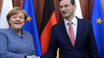 Die deutsche Kanzlerin Angela Merkel ist am Montagabend in Warschau vom polnischen Ministerpräsidenten Mateusz Morawiecki empfangen worden.
