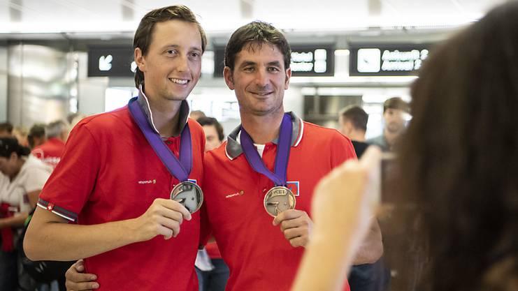 Martin Fuchs (links) und Steve Guerdat präsentieren ihre WM-Medaillen nach der Heimkehr von Tryon. (Archivbild)