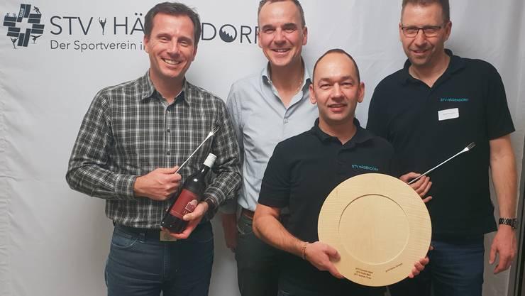 Der Vereinsmeister der Männer Patrick Zimmerli (mit Teller) mit Dominik Vögeli, Andreas Puder und Daniel Herrmann (v.l.n.r)