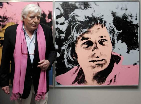 Gunter Sachs vor einem Poträt von ihm selbst gemalen von Andy Warhol