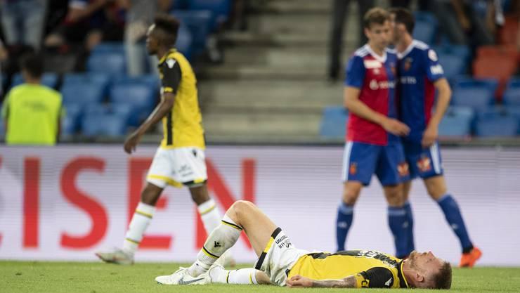 Vitesse-Spieler Alexander Buettner am Boden. Im Hintergrund jubeln Fabian Frei und Luca Zuffi.