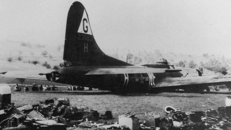 Ein denkwürdiger Anblick: Zum Flugzeugwrack der B-17F pilgerten in den folgenden Tagen Zehntausende von Schaulustigen. Fotos: ZVG/Schlenker, Warbird.ch, Wilhelm