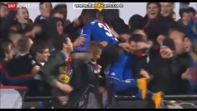 Breel Embolo kassiert nach seinem Jubel im Cup-Spiel gegen Wohlen die Gelbe Karte.