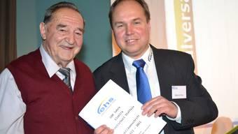 Autor Sepp With (links) mit Elektra-Präsident Markus Wey und Chronik.