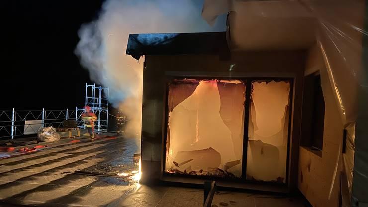 In der Nacht auf Mittwoch brach auf dieser Baustelle in Mettau ein Brand aus.