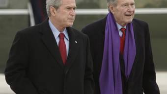 Verschiedene E-Mail-Konten der Familie der beiden ehemaligen US-Präsidenten George (rechts) und George W. Bush sind gehackt worden (Archiv)