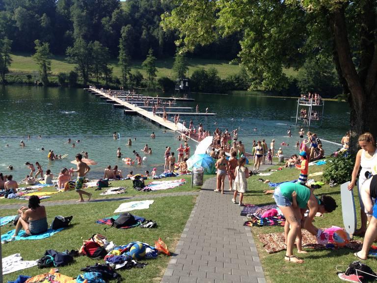 Abkühlen in der Badi am Rotsee - im Hintergrund die Stege für die Ruderregatta.