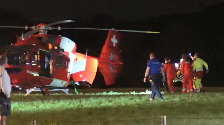 Die lebensbedrohlich verletzte Tochter wird mit dem Rega-Helikopter ins Spital geflogen.