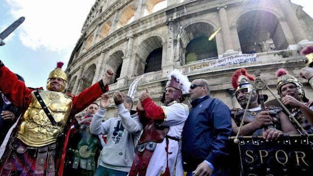 Als Gladiatoren verkleidete Männer vor dem Kolosseum in Rom
