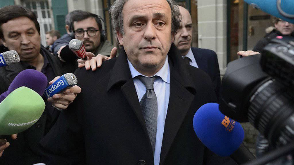 UEFA-Präsident Michel Platini hat weiterhin nichts zu lachen: Er bleibt gesperrt