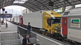 Der kombinierte Verkehr hat zugelegt, aber insgesamt sind 2017 weniger Güter durch die Alpen transportiert worden. (Archivbild)