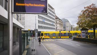 Obwohl die Bauarbeiten am Aeschenplatz weitgehend abgeschlossen sind, fährt der 80er-Bus die Haltestelle Migros-Bank derzeit nicht an.