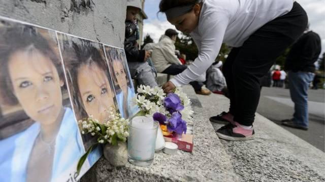 Blumen erinnern an das Opfer eines Gewaltdelikts (Symbolbild)