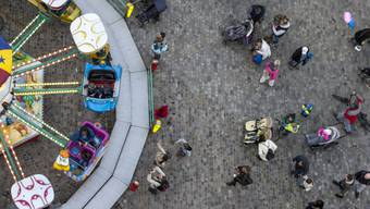 Motionäre der SVP und FDP möchte die strengen Mehrweggeschirr-Regeln für die Herbstmesse lockern. (Symbolbild)