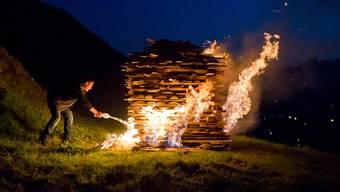 Ein Feuer sollte bis zum Erlöschen im Auge behalten werden. (Symbolbild)