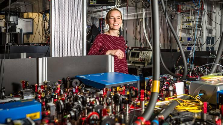 Die Experimentalphysikerin Christa Flühmann in ihrem Labor im ETH-Campus Hönggerberg. Mit den Lasern und Apparaten wird ein Calcium-Ion «eingefangen» und vermessen.