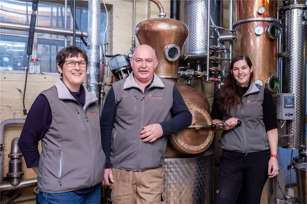 Elisabeth Schwab, Alfred Schwab und Manuela Schwab (von links) in ihrer Destillerie.